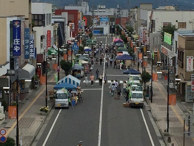 長野市篠ノ井駅前通りで開催されている軽トラ市は、輪島の朝市のような雰囲気を持っていた