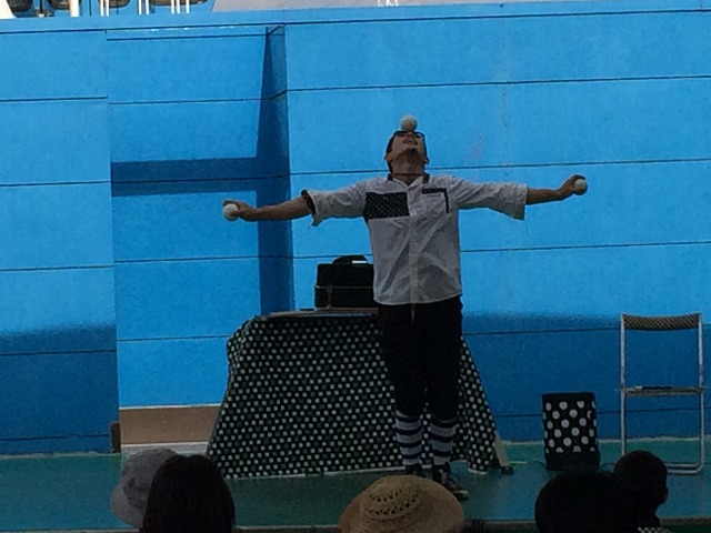 子供の心を鷲掴み!大道芸人ヨッシーのパフォーマンスは多彩な技に驚愕!