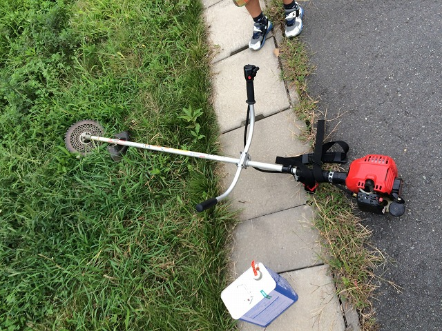 家の草刈りが大変なら、草刈り機を買ってしまうのもいい選択だ