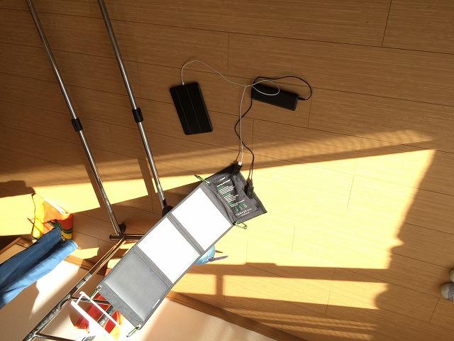 ソーラーチャージャーで電気を発電するのが結構楽しい。今の太陽光パネルは高性能だ