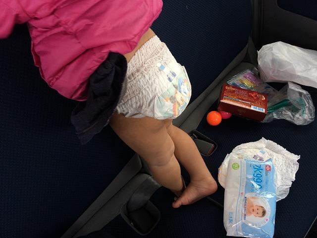 車の中で子供がうんこしたらどうするか?効率よく車でオムツを換える方法