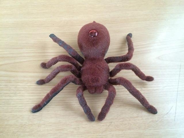 ゲテモノラジコンシリーズ!気持ち悪い動きの蜘蛛のラジコンを買ったら子供に大ウケした