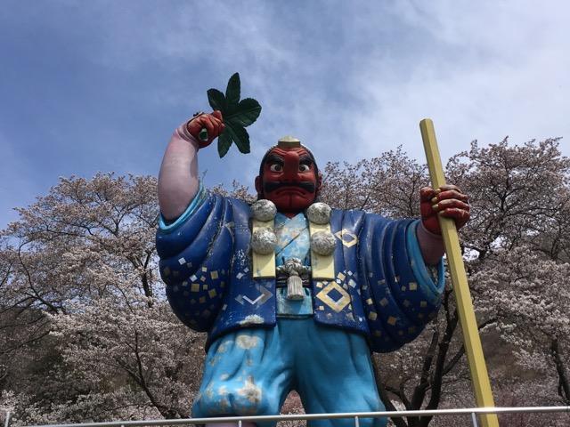 超巨大な天狗の像がある千曲市の戸倉宿キティパークの桜が最高